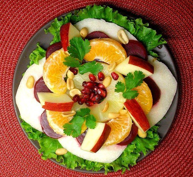 Platillo despampanante y festivo: Ensalada de Nochebuena: La ensalada de Nochebuena, tradicional en México para fiestas de fin de año, es apreciada por sus colores y sabores contrastantes.