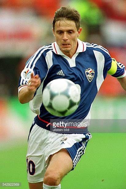 Der Mittelfeldspieler Dragan Stojkovic Kapitän der jugoslawischen FußballNationalmannschaft fixiert den Ball
