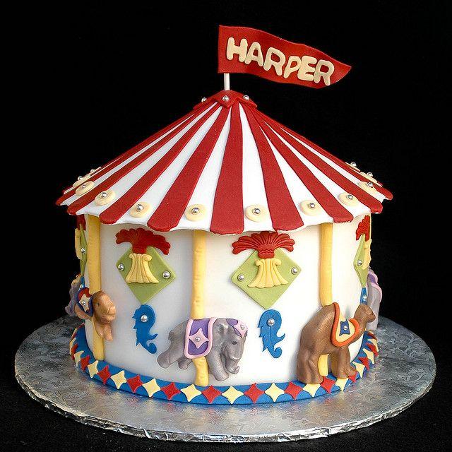 Circus Carousel cake NOTE TO SELF: SMALL SIDE CAKE--LARGE CUPCAKE PAN CAKE AND ANIMAL CRACKERS CAROUSEL