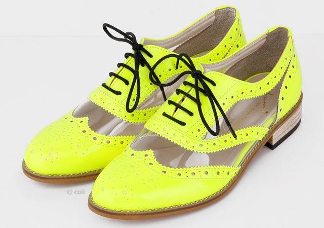Zapatos para dama color amarillo fluo con detalles transparentes y encajes negros de DERBY FLUO