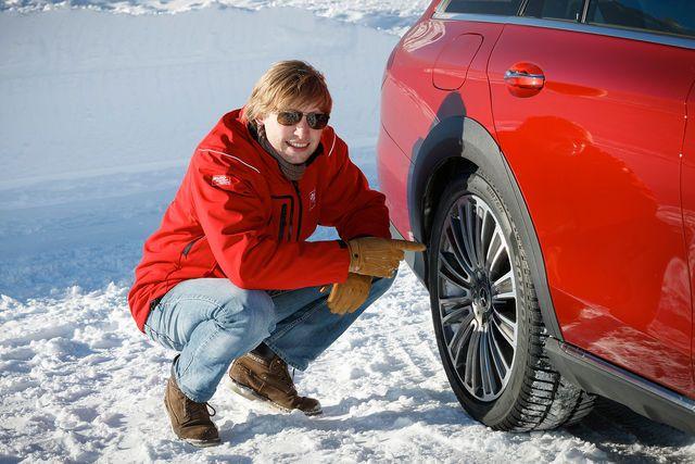 Will man die Überlegenheit eines Allradantriebs vorführen, geht man als Hersteller ganz weit hinauf. Dorthin, wo die Alpen schon im November schneesicher sind: aufs Timmelsjoch im österreichischen Tirol. Auf dem verschneiten Pass überzeugten wir uns von der Traktionsfähigkeit des Mercedes E-Klasse All-Terrain. An zwei fahrintensiven Tagen fanden wir 10 Punkte, die erst bei einer längeren Testfahrt auffallen.