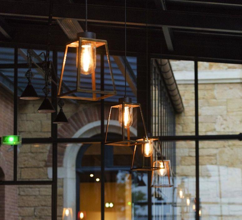 ce luminaire d ext rieur revisite la lanterne quatre face intemporelle et embl matique. Black Bedroom Furniture Sets. Home Design Ideas