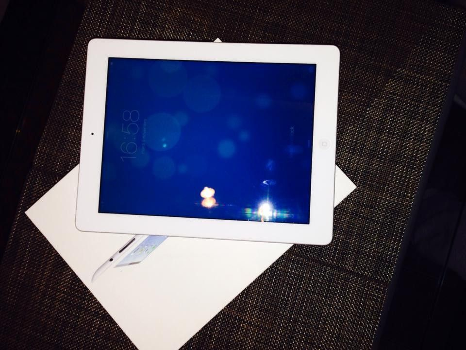 Ipad4 16GB white wifi. Ios 7:03 So, included: Box, documents, Guarantee, charger and black leather case Zoogue. Price 61,000 isk Number: 7761977