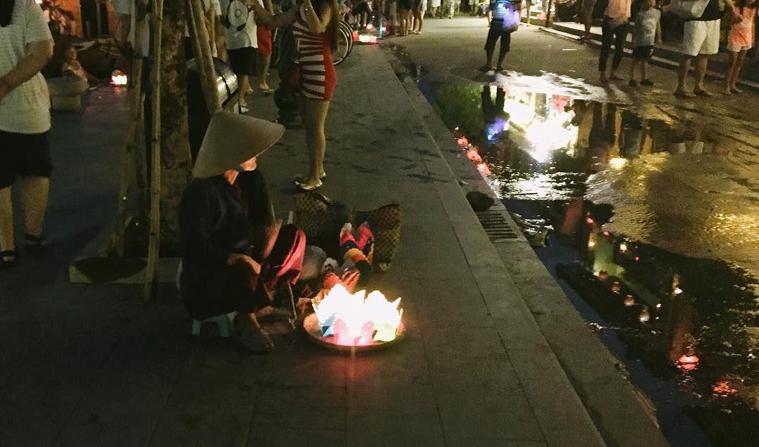 이지영 on Instagram: 세상의 가장 낮은 곳에서도 불은 반짝인다_ . . #다낭 #소원등 #여행 #베트남