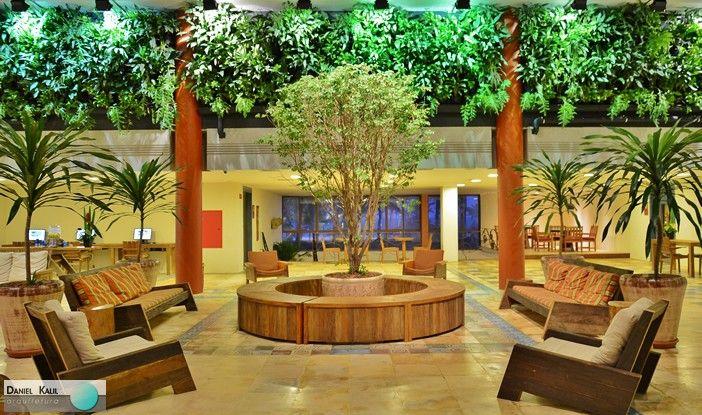 O lobby do Beach Park Suites Resort, reestruturado pelo escritório Andrea Dellamonica Arquitetura, possui todos os móveis com o tom amadeirado preservado, aumentando a sensação de estar em meio à natureza.