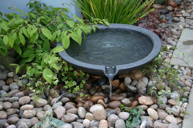 Vattenporl i trädgården är rogivande