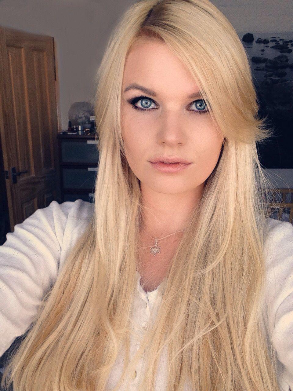 Long blonde wavy hair, bright blue eyes and smokey make up! <3 #blueeyes #blonde #nanoring #extensions #smokeyeyes #smokey #eyes #welsh