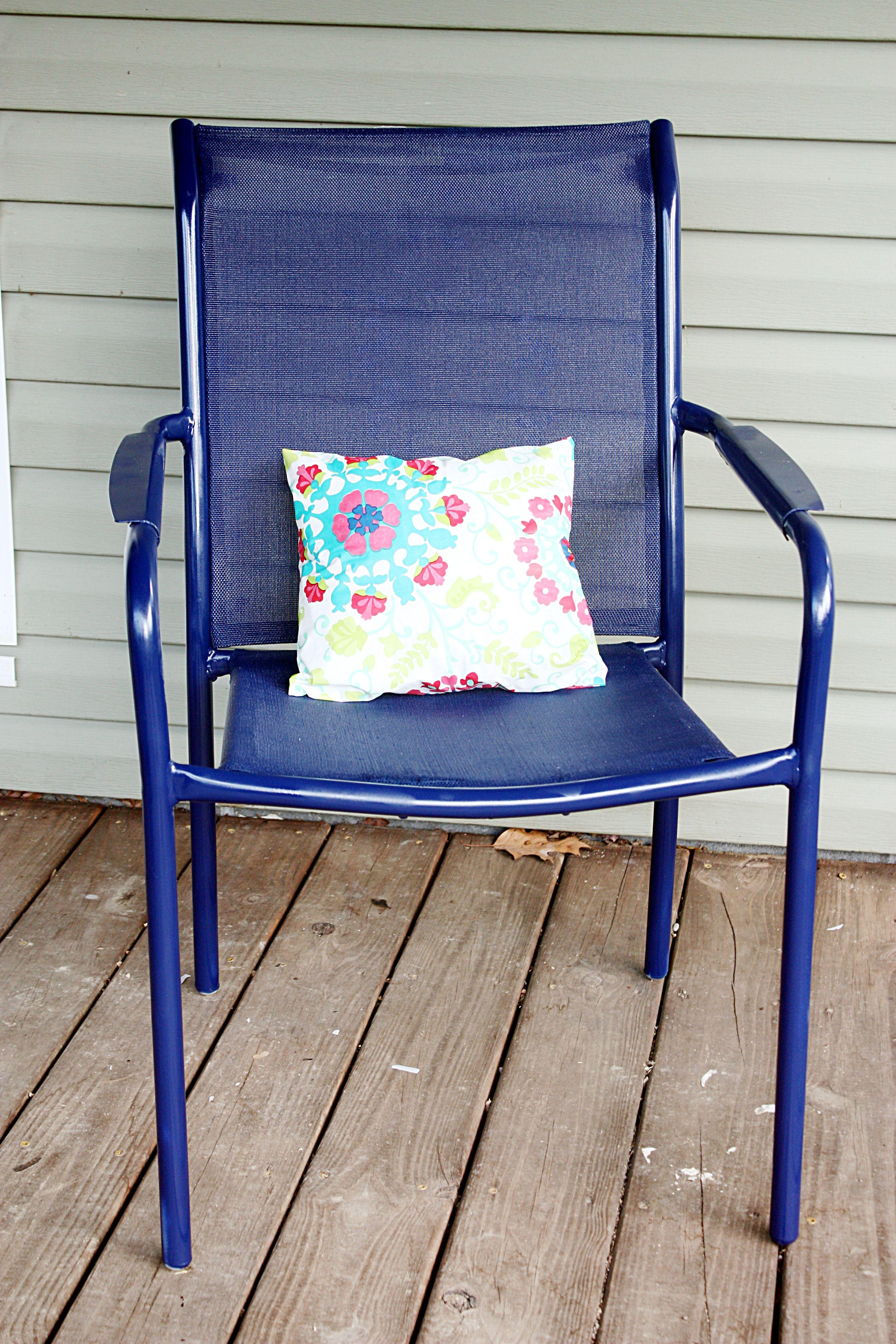 Deck chair redo. Spray paint porch chair. Spray paint outdoor chair. Blue outdoor chair. Life on a Gravel Road