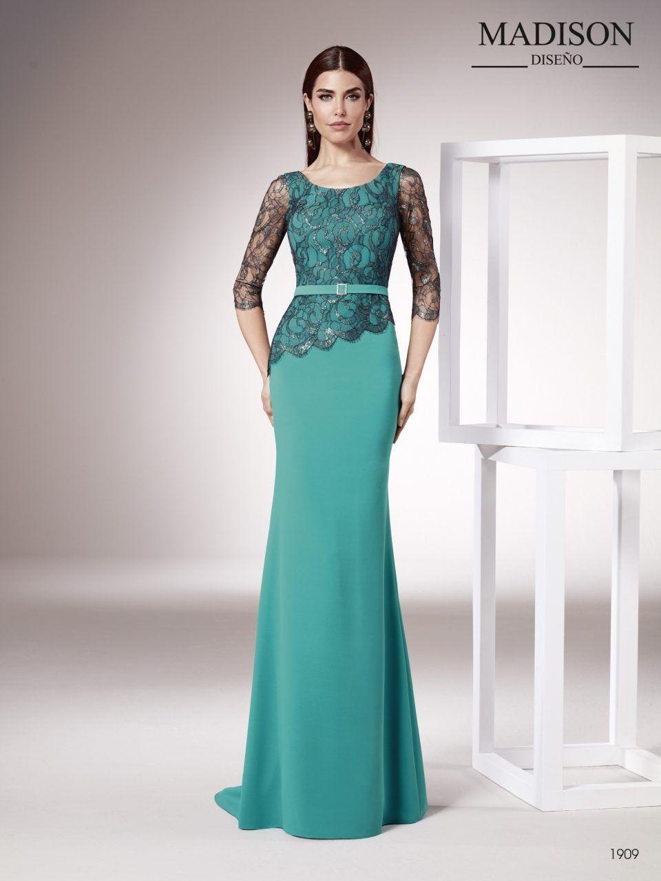 8f21047de Un vestido de fiesta realizado con un elegante crepe y un chantilly francés  con hilo de lure
