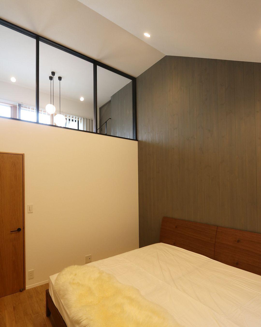 Suzuyahouse の 寝室 の上に付けた大きな Fix が 想像以上 に良くて