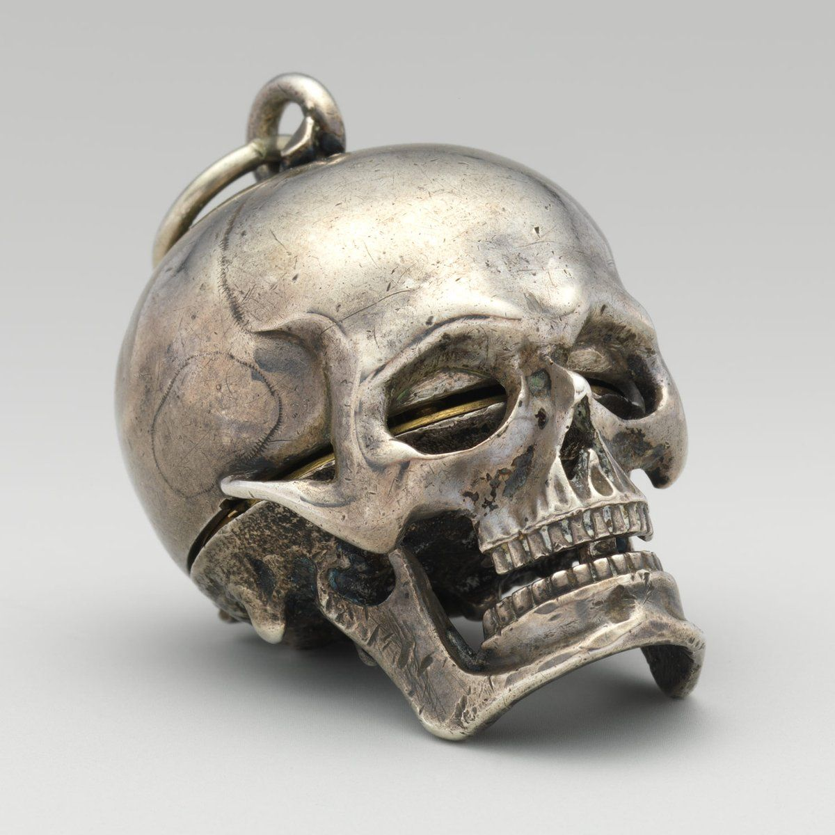 """Europe's Historyさんのツイート: """"Silver skull pocket-watch made by the Genevan watchmaker Isaac Penard c.1650 (On display @metmuseum) https://t.co/7sgFqxFiqB"""""""