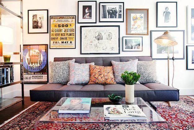 Как красиво развесить картины на стене: 8 советов и 32 ...