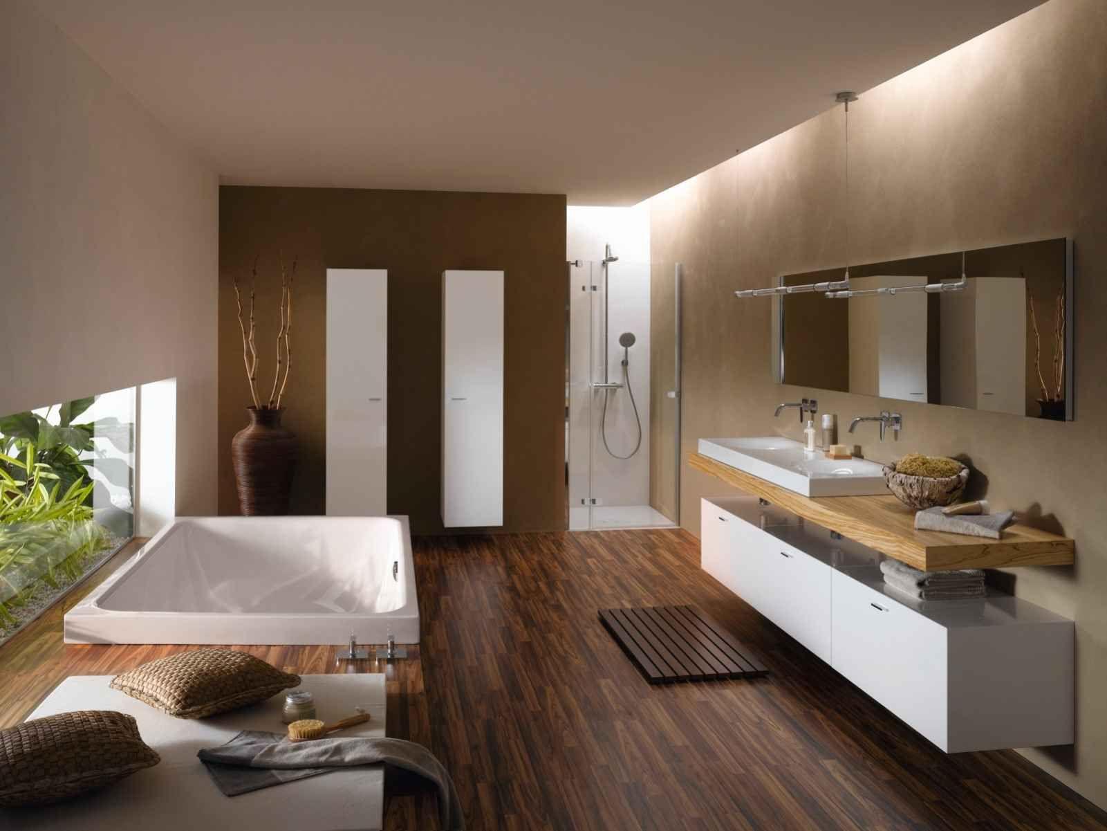 Moderne badezimmermöbel weiss  Badewanne Bette Spa im Bad mit hölzernen Badmöbeln | Badezimmer ...