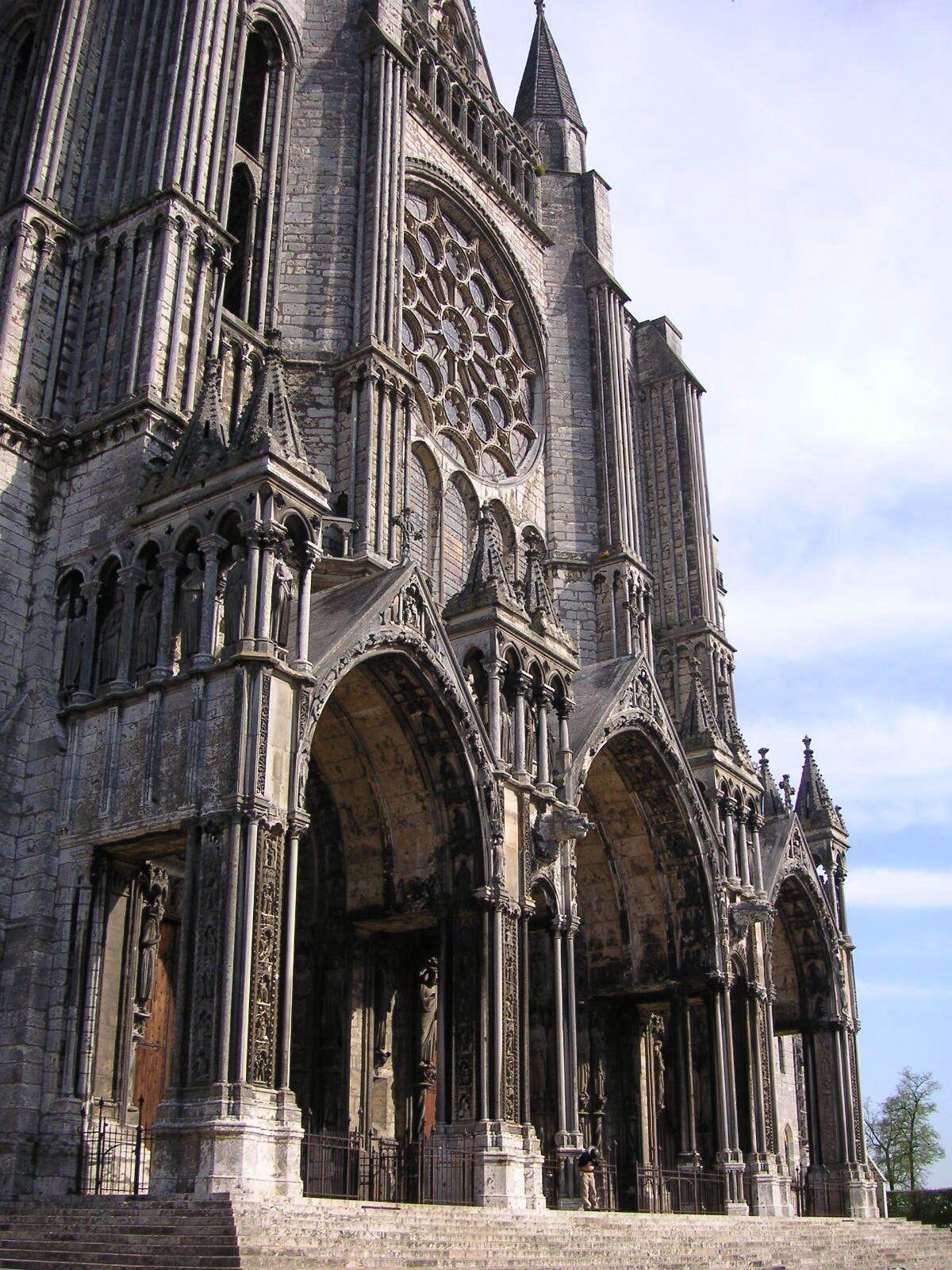 Fachada Sul da Catedral de Notre-Dame de Chartes. A catedral foi uma das primeiras a serem construídas com estilo gótico durante o século XII na França e em todo o Continente Europeu / http://commons.m.wikimedia.org/wiki/File:Chartres_Cathedral_020_south_facade_TTaylor.JPG