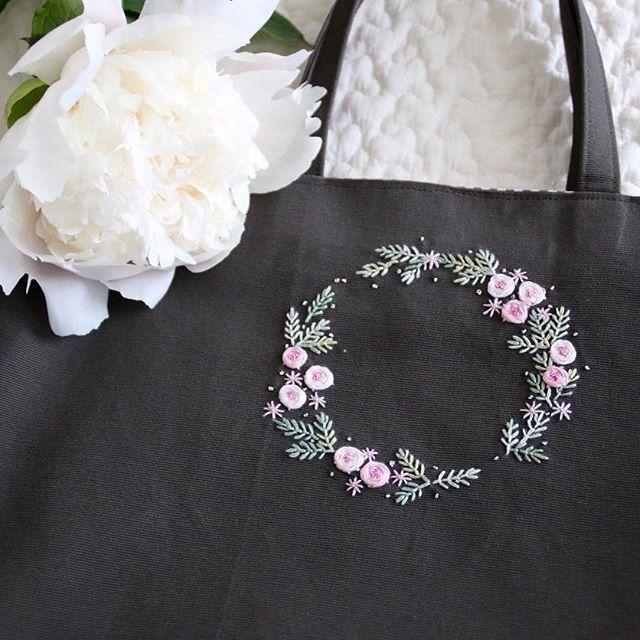刺しゅうに迷った時の良き相談相手は夫なんですが、べた褒めしてくれました^o^ ともすると野暮ったくなるブラウングレーの生地に淡い色がよく映えます . #刺しゅう #刺繍 #embroidery #handembroidery #バッグ #bag #トートバッグ #ハンドメイド #handmade #リース #wreathe #芍薬