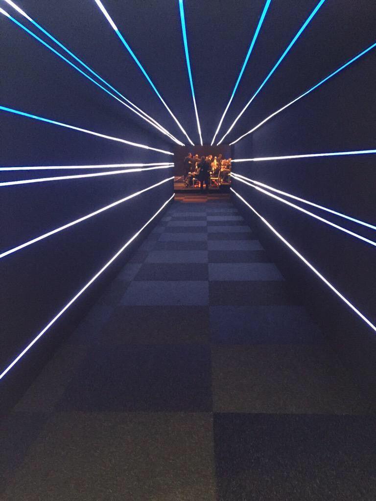 Ihr habt zwei Eventlocations, die ihr nahtlos, innovativ und individuell verbinden wollt? Hier eine Tunnel-Übergangs-Inspiration wie das gehen kann.