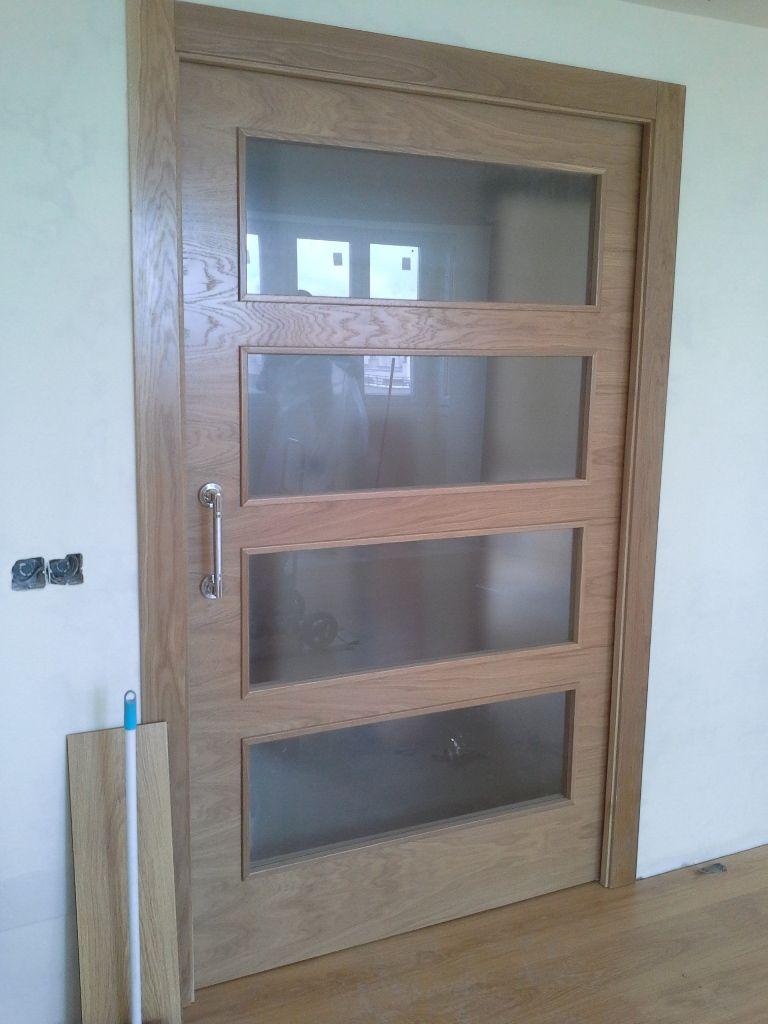 Puerta corredera de roble con cristales transl cidos for Cristales para puertas de madera