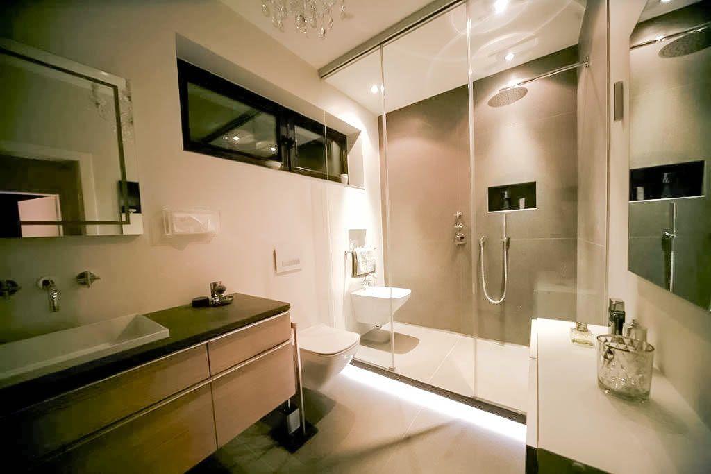 Spots Badezimmer ~ Lichtinstallationen in der dusche mit spots und led lichtband am