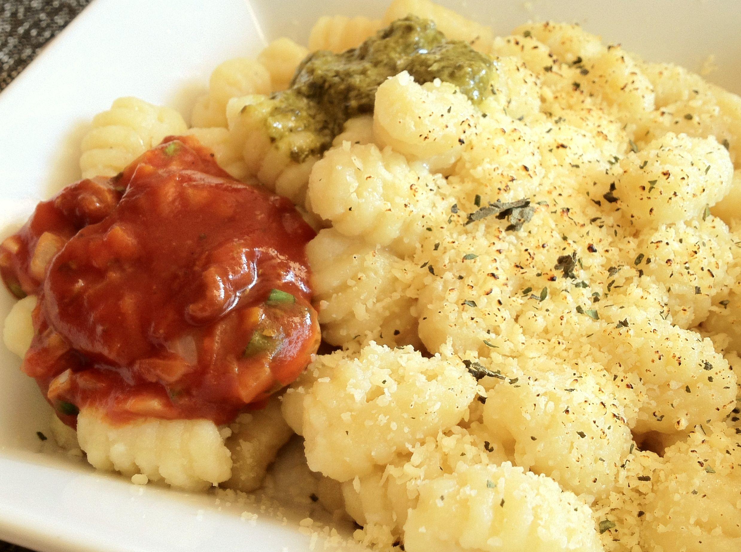 Ñoquis con salsa bolognesa y pesto de albahaca
