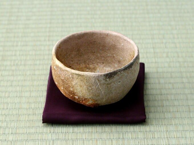 [ANAGAMA Matcha Bowl] NAGORI YUKI (by Hozan Tanii) - Japanese Green Tea Hibiki-an. NAGORI YUKI means untimely snow in spring. For Japanese, to see NAGORI YUKI evokes a sort of melancholy. A warm blue gray on one side of the interior gives the feeling of viewing the untimely snow as it melts in spring. This Chawan evokes the brown earth and green sprouts or moss emerging through the snow...