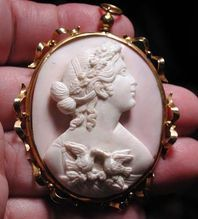 Pink conch Venus with love doves in 18 kt gold