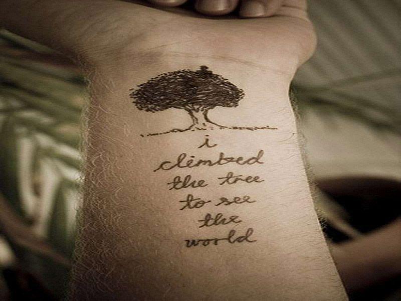 Tatouage phrase femme avant bras avec un arbre