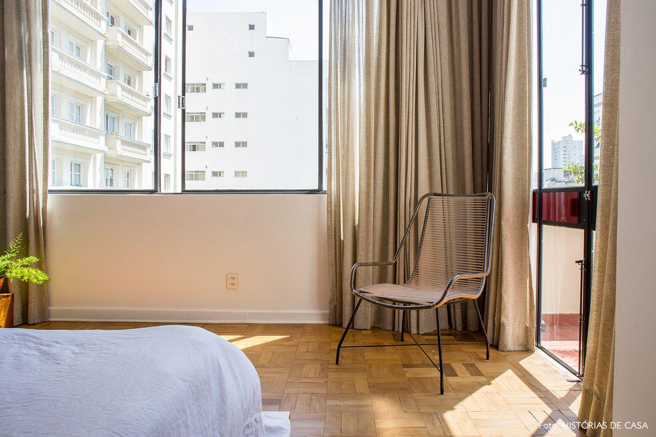 Nesse apartamento integrado, o quarto com grandes janelas ganhou atenção especial na reforma. Confira o resultado e inspire-se!