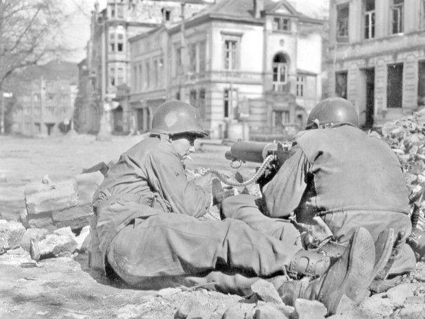 Die letzten Kriegstage: US-Soldaten auf der Wilhelmstraße.  FOTOS: ARNDT/PIEPER/DYCK/97. INFANTERIEDIVISION