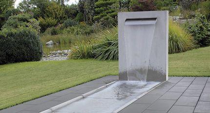 Wasserfall stele garten for Brunnen modern wasserfall