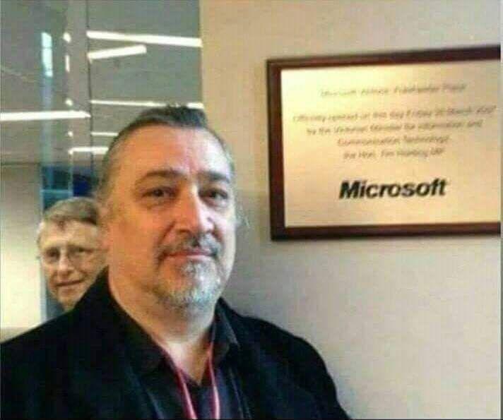 التقط هذا الرجل صورة في أحد مكاتب مايكروسوفت وكتب هذا التعليق لقد أردت أن آخذ صورة لي في مكتب مايك In 2020 Funny Reaction Pictures Funny Pictures Instagram Posts
