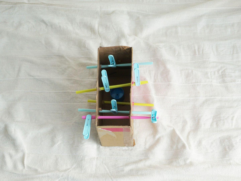 karton mit strohhalmen und wäscheklammern babyspielzeug selber