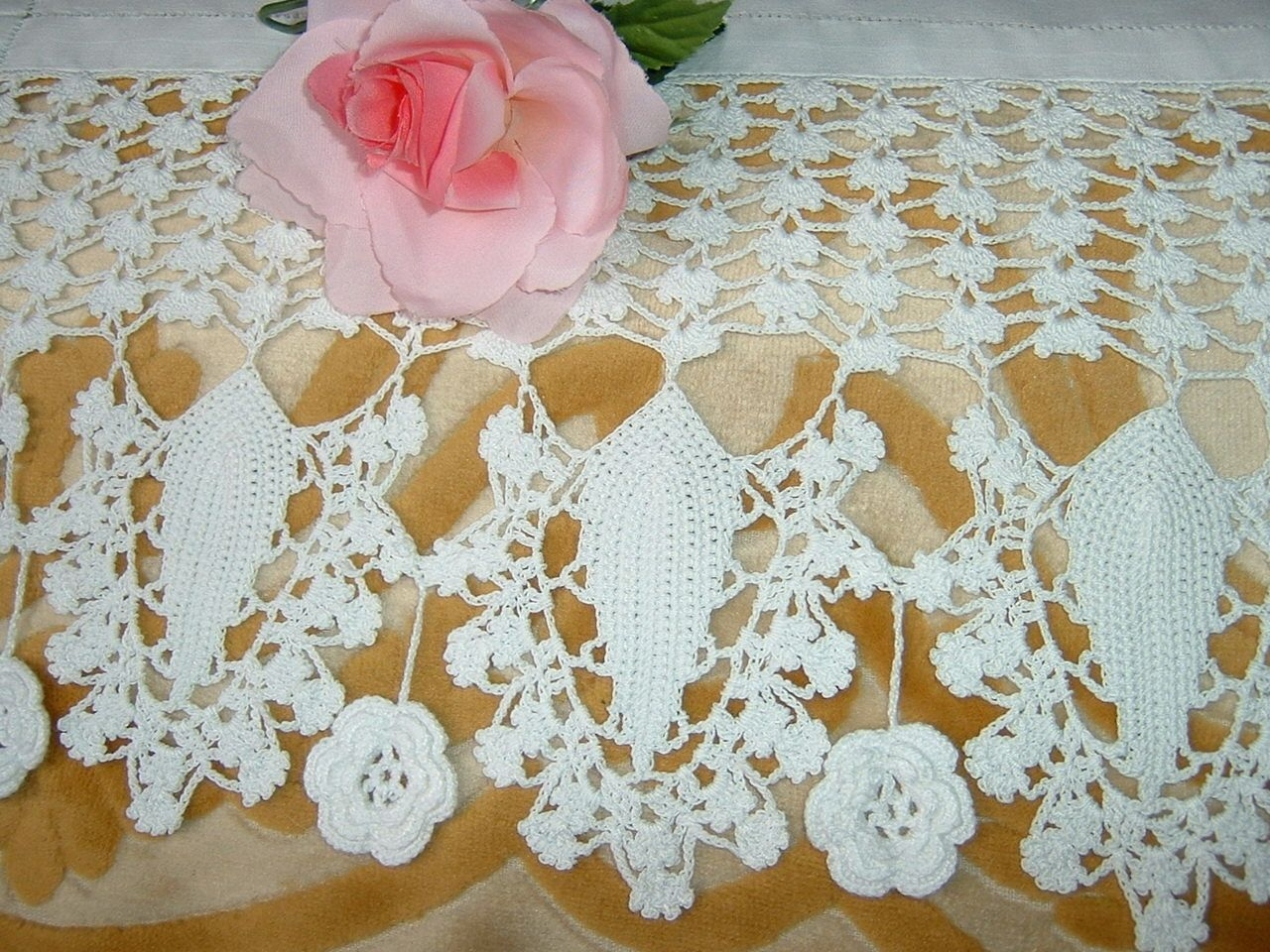 Pizzo per bordura all 39 uncinetto con foglie stilizzate e for Pizzi all uncinetto per credenze