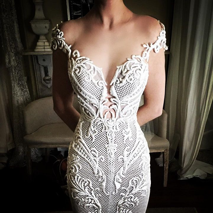 Beautiful plunging neckline wedding dress | 100s wedding dresses #weddinggown #weddingdress #bridalgown #bridaldress