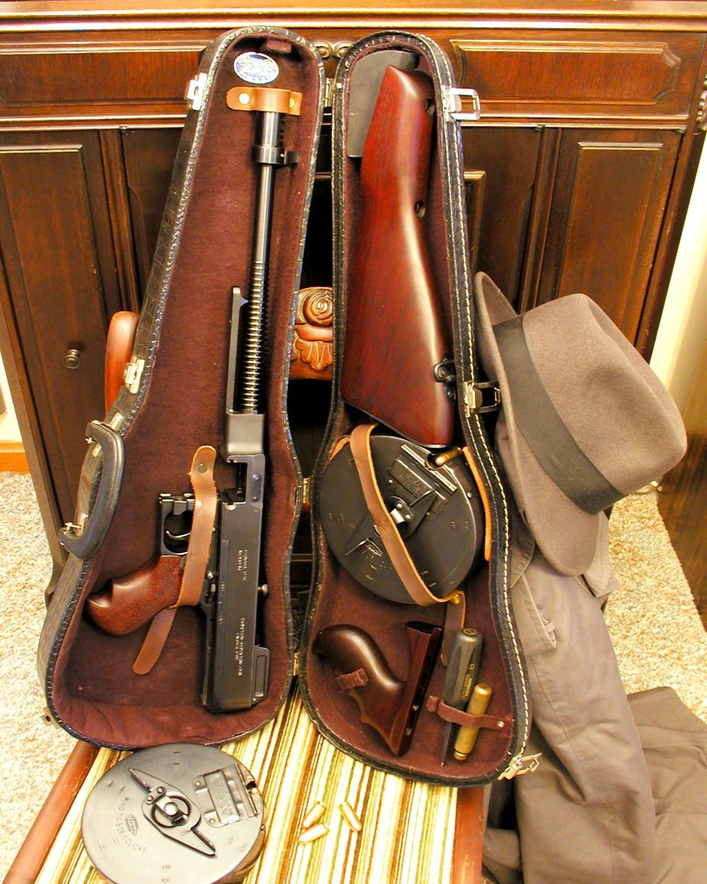 "Thompson 45 cal Machine Gun ""Tommy Gun"" (also known as (The Chicago Typewriter). The mobsters choice for the Tommy Gun changed the minds of the military, who had originally discounted the weapon because of the complaints of the inaccuracy beyond 50 yards. Rifles, Mafia, Armas Ninja, Real Gangster, Gangster Style, Violin Case, Submachine Gun, Cool Guns, Awesome Guns"
