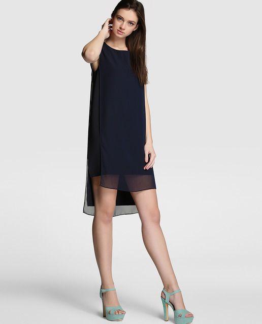 Vestido corto de capas en color azul marino. Sin mangas, con escote barco, largo desigual y cierre de cremallera en la espalda.
