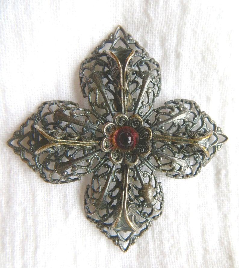 Pretty Vintage  Topaz Rhinestone Textured Gold Tone Filigree Maltese Cross Brooch