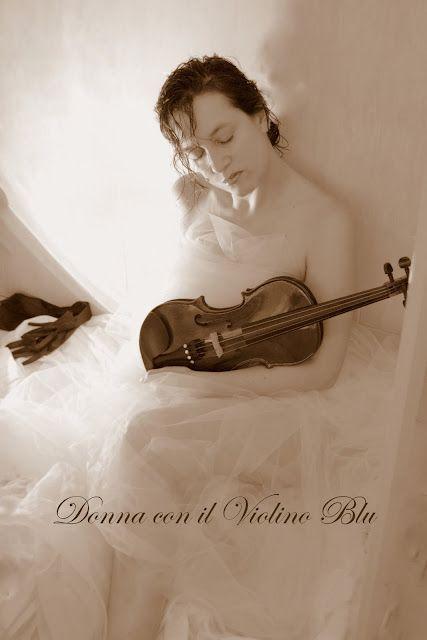 donna con il violino blu