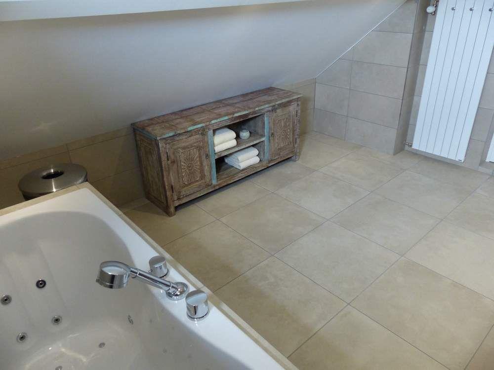 De brocante meubelen zijn ook geschikt voor de badkamer. - vintage ...