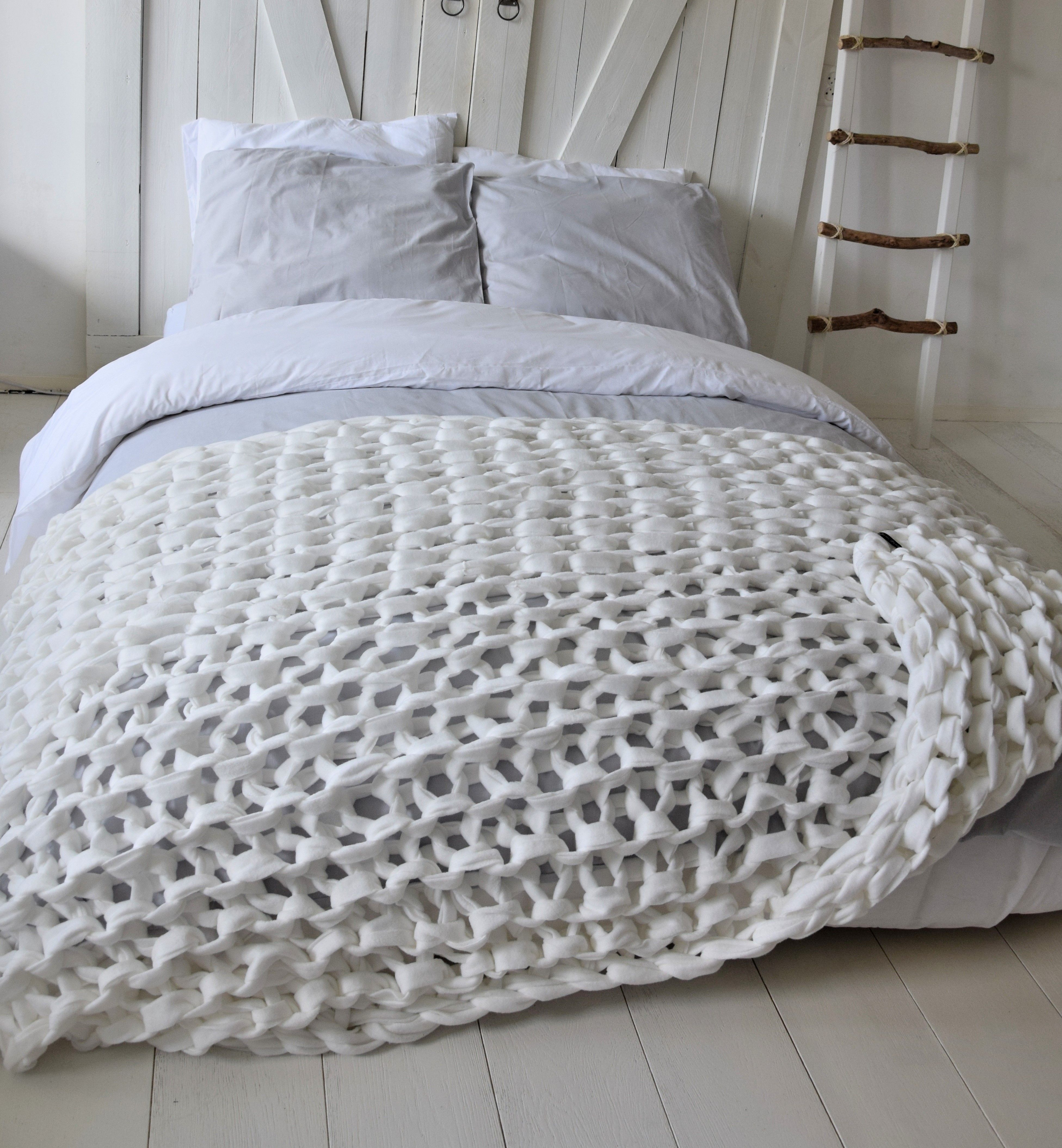66ab0bdfa02f4e Grof gebreid plaid - Uniek XXL gebreide fleece deken van het merk Dehewi  Design - Te koop bij Dehewi Home