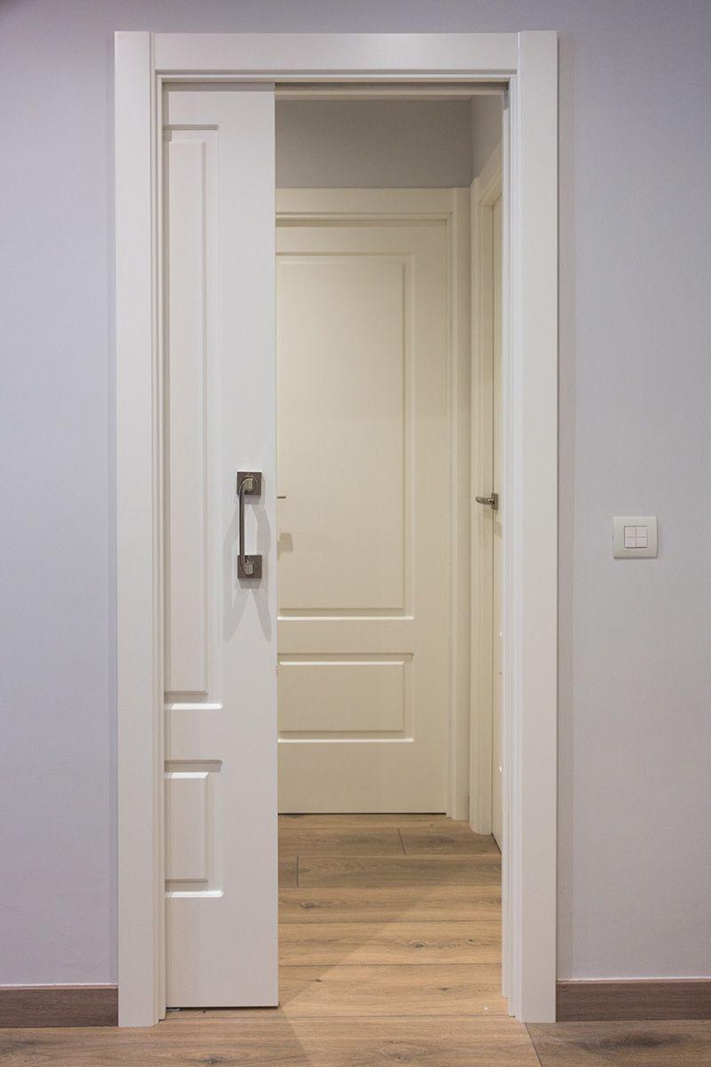 Puerta corredera lacada en blanco con molduras el marco for Puerta corredera interior madera