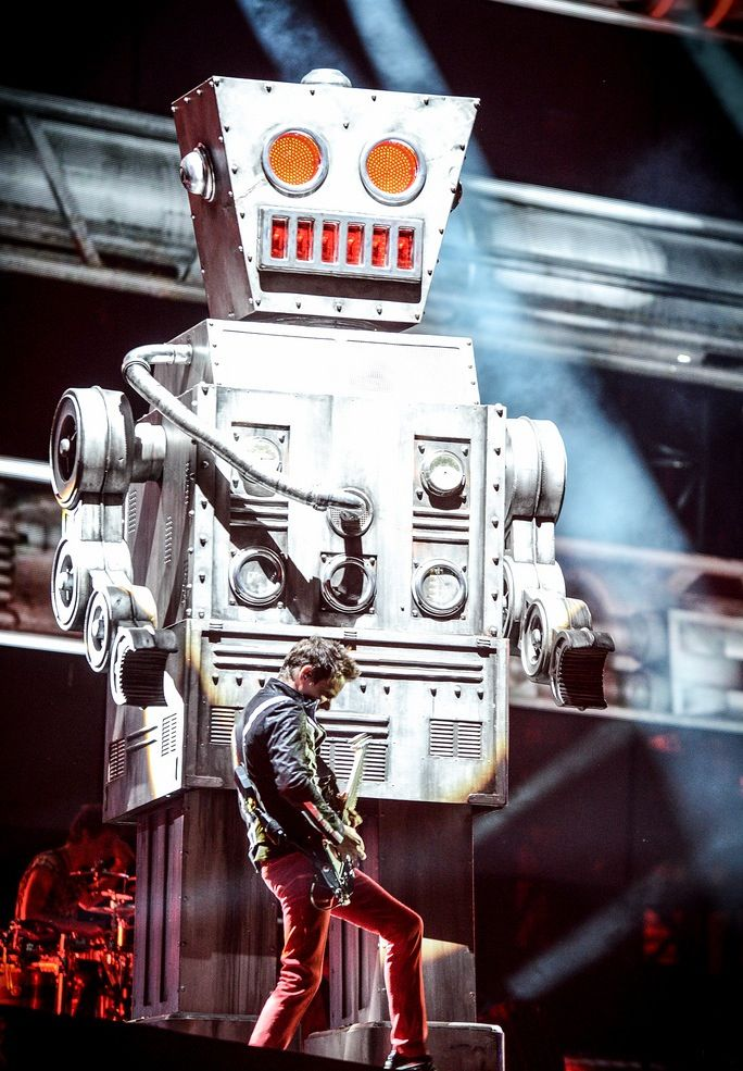 Matt Bellamy and Charles the robot ) MUSE The2ndLawTour