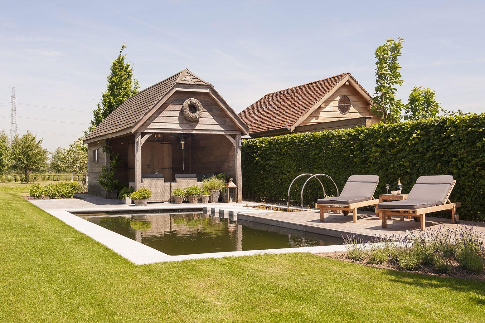 Zwemvijver met vlonder in hardhoutplanken stijlvol poolhouse met