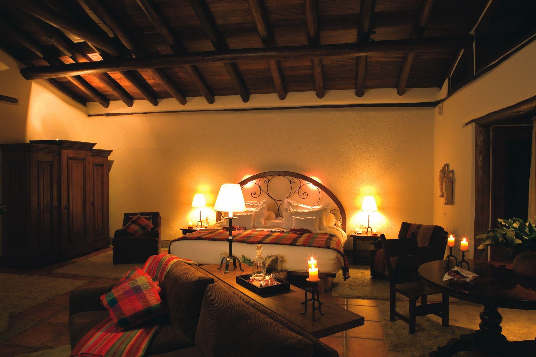 Inkaterra Machu Picchu Pueblo Hotel lo transportará fuera de este mundo. Encontrará un paraíso natural donde podrá conectarse con la sagrada energía de las montañas, dentro del Bosque de Nubes de Machu Picchu. Un acogedor pueblo andino de blancas y elegantes casitas que descansan en las terrazas de las colinas, le ofrece servicios de Spa, utilizando sublimes esencias naturales, y un restaurante de primera clase, con impresionantes vistas del río Vilcanota.