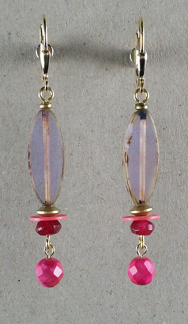 Vintage Ohrringe aus New York: Grosse lavendelfarbene Glasperlen mit gefärbten pinkfarbenen Achatperlen. Verschluss aus vergoldetem Silber. Diese Ohrringe sind aus einer Limited Edition, hergestellt in Brooklyn, New York.