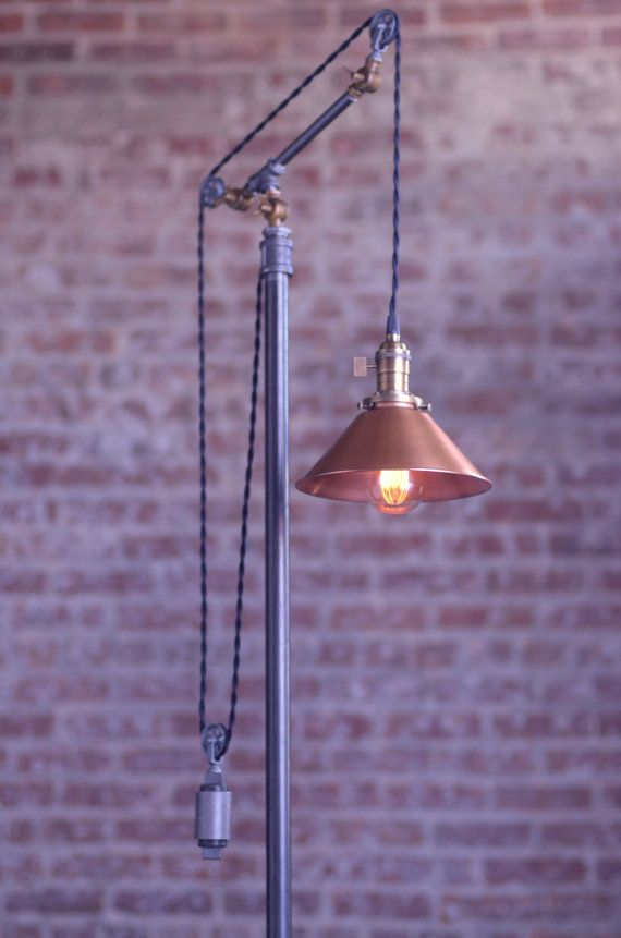 Poulie Lampadaire Lampe Sur Pied Reglable Par Newwineoldbottles Avec Images Lampadaire Diy Lamp Lampadaire