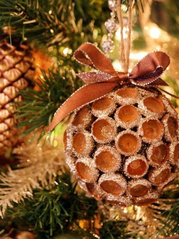 Weihnachtsbaumschmuck Aus Naturmaterialien Basteln Eichelkappen Gold