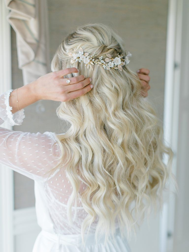A Bonnet Island Estate Wedding With Carrie Ryan Jessa S Journal Airy And Bright Wedding Ph In 2020 Wedding Headpiece Wedding Curls Green And White Wedding Flowers