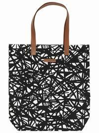 27c9fa0ad43 Nyhed - Stor canvas taske med grafisk print i sort/hvid og brune  læderstropper fra