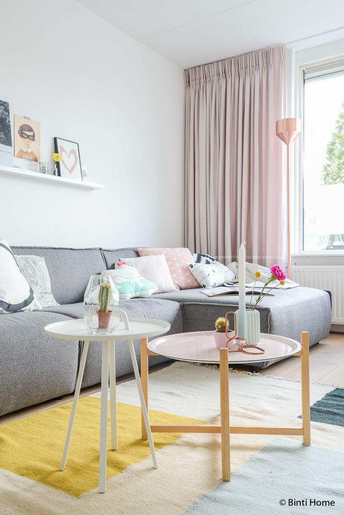 Een woonkamer met pastel kleuren en koper | Living rooms, Interiors ...