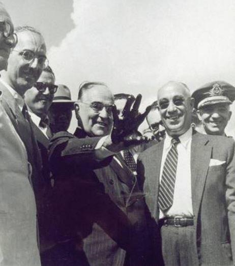 (1952) PRESIDENTE GETÚLIO VARGAS COM A MÃO SUJA DE PETRÓLEO